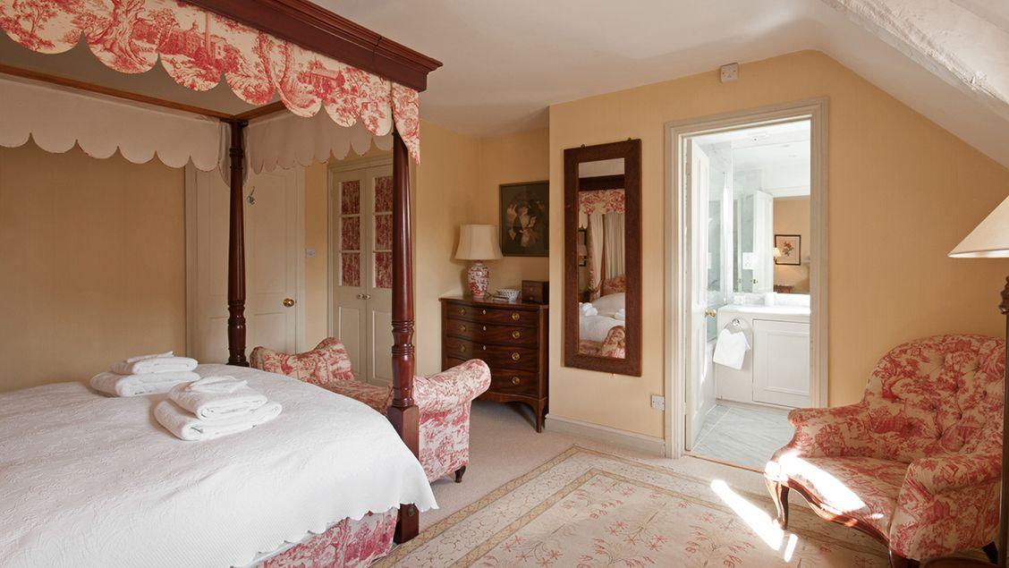 Luxury Cottage Bruern Holiday Cottages, Nina Campbell Holiday Bedding